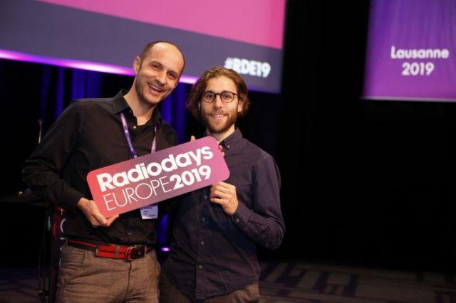 Cornelius Ringe und Sebastian Fuchs mit dem Logo der Radiodays Europe 2019