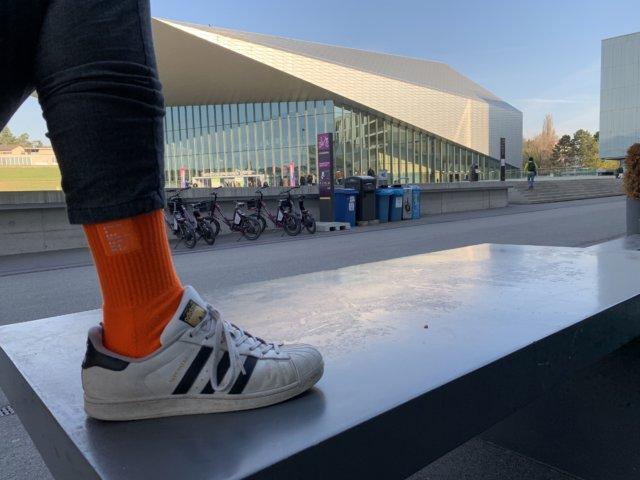 WESOUND Socke vor dem SwissTech Convention Centre