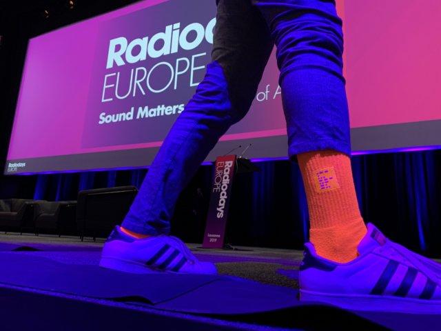 Cornelius präsentiert die WESOUND Socken auf den Radiodays Europe 2019